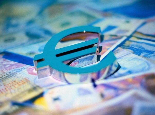 Евро ослабевает, стремясь достигнуть паритета с долларом