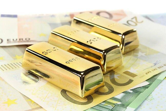 Золото сегодня резко укрепилось на фоне слабеющего доллара